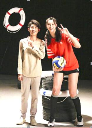 惠若琪和张一山合影时是弯着腰的。