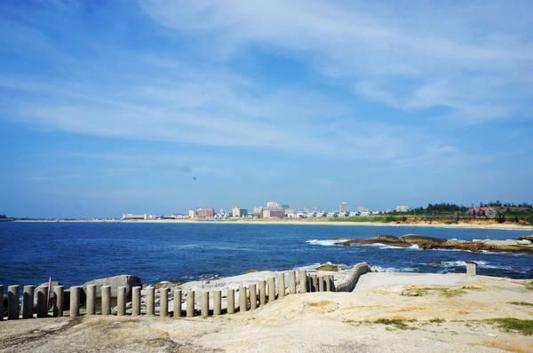 汕尾红海湾  一边白浪滔天另一边水平如镜