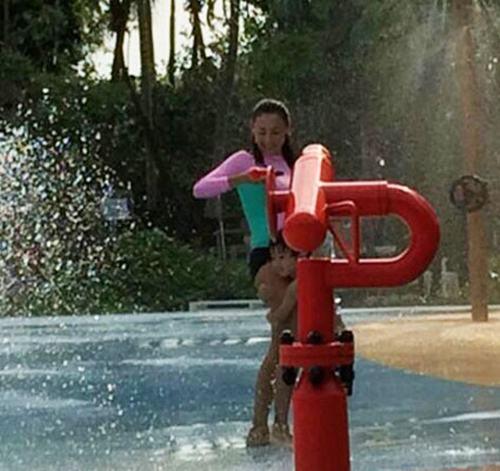 张柏芝带儿子玩水
