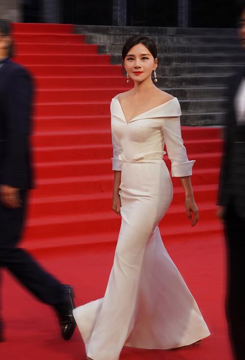何琳现平遥电影节开幕红毯,凸凹有致美艳动人