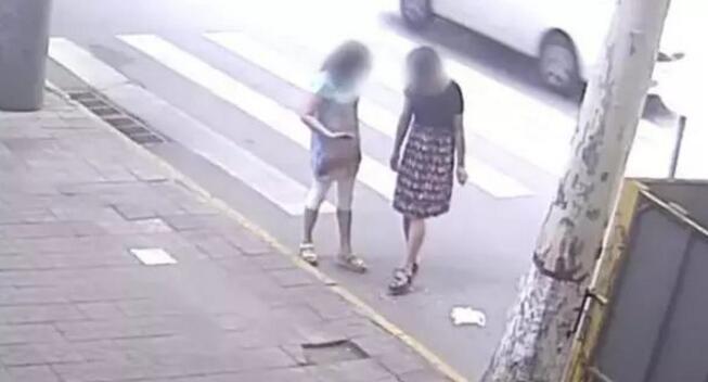 两名女子以脚点地的动作